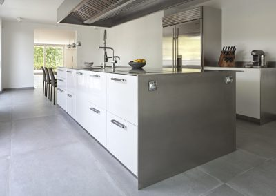 The Painted White Steel doors on this Kitchen added good contrast to the brushed steel finishes and the feature American Fridge freezer.